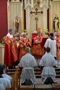 Bp Galarreta udziela święceń diakonatu księżom Józefowi i Marcelemu Ockerse'om