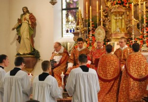 Bp Bernard Fellay udziela święceń niższych klerykom seminarium FSSPX w Zaitzkofen