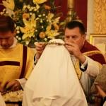 Ks. Jan Fullerton FSSPX nakłada koronę cierniową na głowę dominikańskiej nowicjuszki