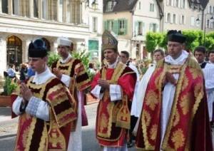 bp. M. Brouwet w uroczystej procesji prowadzi pielgrzymów ulicami Chartres