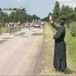 Ks. Lagneau błogosławi uczestników Tour de France