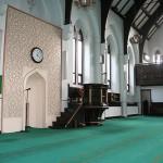 Wnętrze meczetu-dawnego anglikańskiego kościoła w Manchesterze (ambona została wykorzystana jako minrab)