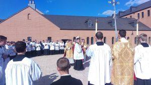 Uroczysty akt pobłogosławienia nowego budynku seminarium Bractwa Św. Piusa X