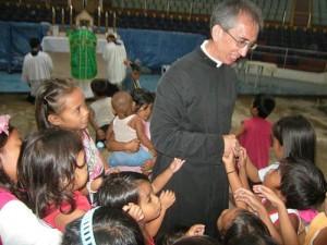 Ks. Daniel Couture, przełożony azjatyckiego dystryktu FSSPX, w otoczeniu filipińskich dzieci