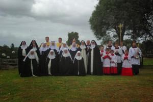 Nowicjuszki w otoczeniu sióstr dominikanek, kapłanów FSSPX i asysty liturgicznej
