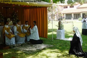 S. Maria Michalina ze Zgromadzenia Sióstr FSSPX składa pierwsze śluby zakonne