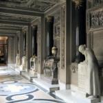 Wnętrze krypty z epitafiami ofiar pożaru i stacjami Drogi Krzyżowej
