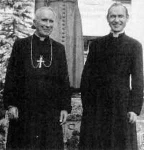 Abp M. Lefebvre z ks. F. Schmidbergerem, swoim następcą na urzędzie przełozonego generalnego FSSPX