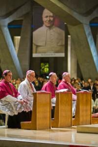 Biskupi Bractwa Św. Piusa X w bazylice w Lourdes podczas pielgrzymki w 2008 r.