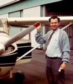 Herman Belderock przy awionetce, którą pilotował podczas podróży abp. Lefebvre'a podczas jego podróży po USA