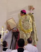 Bp Alfons de Galarreta namaszcza zacheuszki w kościele pw. MB Fatimskiej w Fabrègues (Francja)