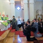 Bp Bernard Fellay błogosławi sutanny kleryków z seminarium w La Reja