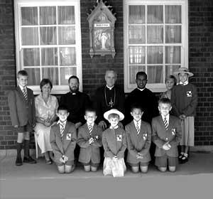 Bp Ryszard Williamson i ks. Konrad Daniels wśród uczniów szkoły w Roodepoort