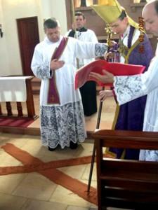 Bp. B. Tissier de Mallerais dokonuje konsekracji Kościoła pw. Matki Bożej Różańcowej w Asuncion w Paragwaju (marzec 2007)
