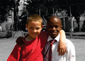Chłopcy na boisku szkoły św. Jana Chrzciciela