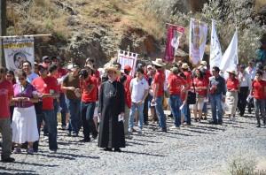 Bp de Galarreta wśród pielgrzymów idących na Górę Chrystusa Króla