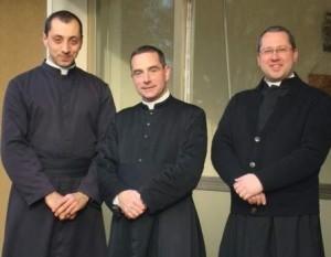 Ks. Ludwik Moncalero (w środku) ze swoimi współpracownikami – ks. Maksymilianem Sbicego (po prawej) i br. Piotrem Marią (po lewej).