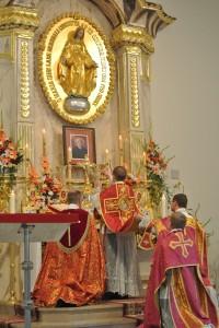 Ks. Hubert Kuszpa odprawia prymicję w kościele pw. Niepokalanego Poczęcia w Warszawie