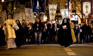 Marsz przeciwko bluźnierczym sztukom teatralnym na ulicach Paryża.