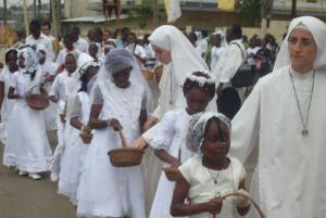 Siostry FSSPX wraz ze swoimi wychowanicami z misji w Libreville podczas procesji Bożego Ciała