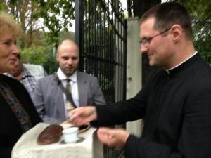 Wierni witają ks. Marka Potvina FSSPX w przeoracie w Kownie
