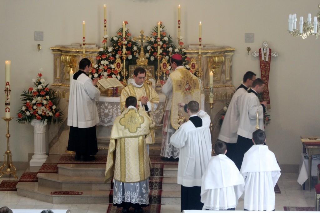 Bp Alfons de Gallareta sprawuje Mszę św. w kościele pw. Niepokalanego Poczęcia NMP w Warszawie-Radości