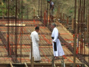 Ks. Konrad Daniels  i brat Jakub na placu budowy