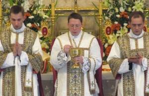 Ks. Krzysztof Gołębiewski odprawia Mszę świętą w kościele w Warszawie