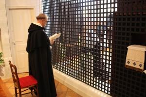 O. Tomasz OP przyjmuje nowicjuszkę do zakonu