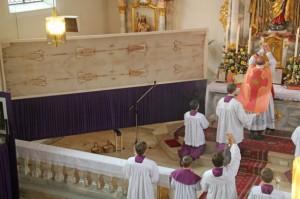 Ks. Fraciszek Schmidberger FSSPX sprawuje Mszę św. w kościele w Goffingen