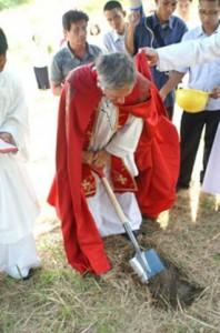 Ks. Konrad Daniels FSSPX symbolicznie rozpoczyna budowę nowego kościoła w Iloilo