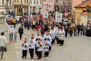 Pielgrzymi na placu przed katedrą w Gnieźnie