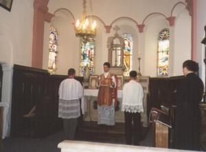 Ks. Anzelm Ettelt odprawia Mszę św. podczas pielgrzymki Polaków do Econe w 1998 r.