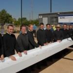 Księża i bracia FSSPX przy ostatniej krokwi dachu budowanego kościoła Matki Bożej Bolesnej w Phoenix