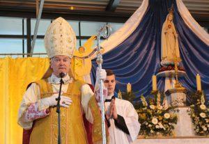Bp Bernard Fellay podczas kazania na pontyfikalnej Mszy św. odprawionej w Puy