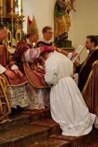 bp Tissier de Mallerais udziela święceń subdiakonatu w seminarium w Zaitzkofen (asystują mu diakoni Szymon Bańka i