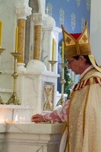 Bp de Galarreta dokonuje obrzędu konsekracji ołtarza w kaplicy FSSPX w Auckland
