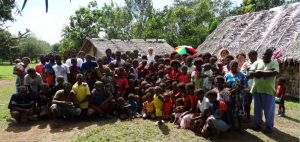 Ks. Bokcholtz w otoczeniu mieszkańców wsi na wyspie Araki