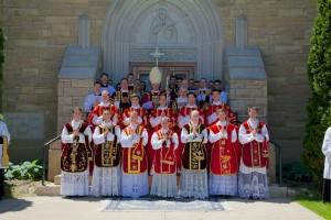 Bp Bernard Fellay w otoczeniu nowo wyświęconych kapłanów i diakonów