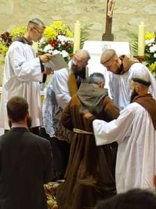 O. Józef otrzymuje habit zakonny z rąk o. Antoniego, gwardiana klasztoru w Morgon