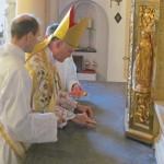 Bp B. Fellay konsekruje ołtarz berlińskiego kościoła FSSPX