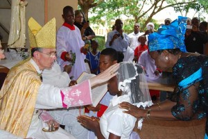 Bp Bernard Tissier de Mallerais bierzmuje wiernych w Enugu