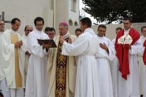 bp Marek Aillet święci nowo otwarte seminarium duchowne diecezji Bajonny