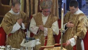 Bp de Galarreta celebruje liturgię Wielkiego Czwartku w kościele seminaryjnym w Winonie