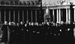 Członkowie Coetus Internationalis Patrum na Placu św. Piotra