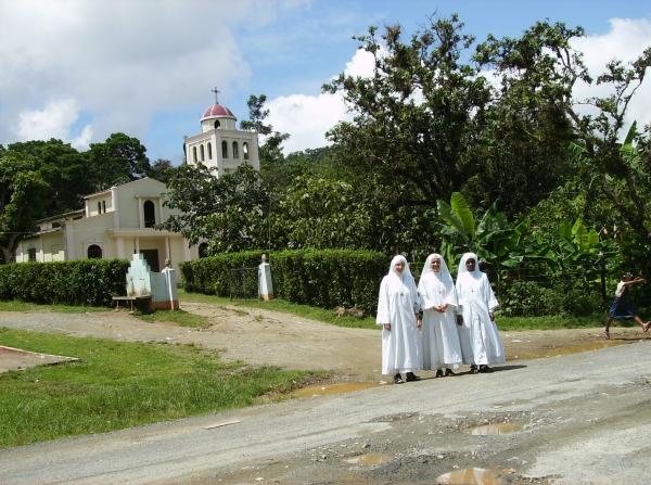 Siostry FSSPX na tle kościoła pw. św. Piusa X w Yamasa