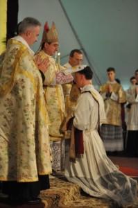 Bp Alfons de Galarreta udziela święceń kapłańskich diakonom FSSPX w seminarium w Winonie