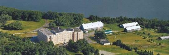 Lévis w kanadyjskiej prowincji Quebec: Widok na prowadzoną przez FSSPX Szkołę Świętej Rodziny, której budynki malowniczo położone są nad Rzeką Św. Wawrzyńca.