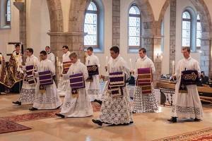 Święcenia subdiakonatu w kościele seminaryjnym FSSPX w Econe