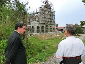 Bp de Galarreta wizytuje budowę kościoła św. Bernarda